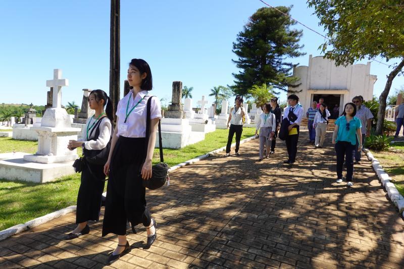 Isadora Crivelli - No cemitério japonês, estudantes demonstraram respeito aos antepassados