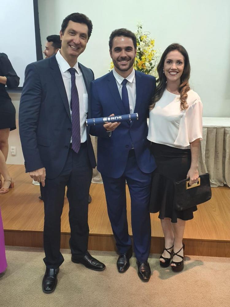 Luiz Bernardi entre os chefes do departamento de catarata, Fernando Cresta e Nathalia Amorim, no Hospital Oftalmológico de Sorocaba