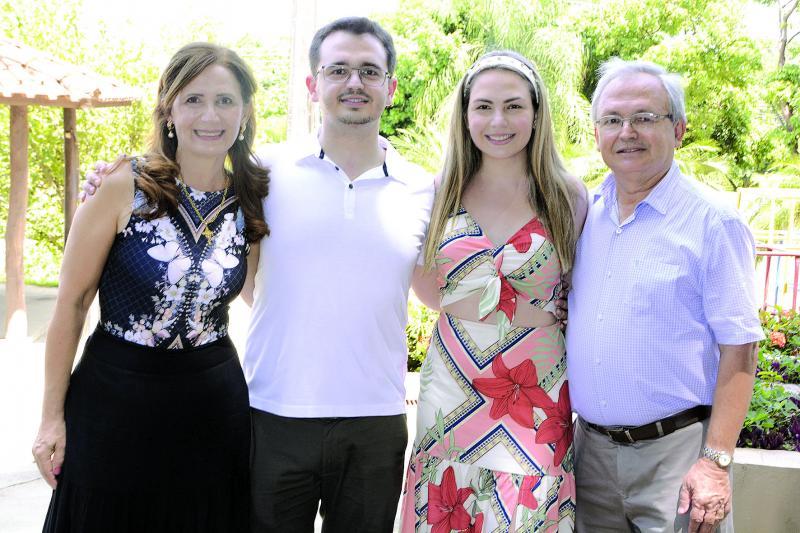 Donizete Meira Junior entre os pais, Angelina e Donizete Meira, e a irmã Isabela – estudante de Direito