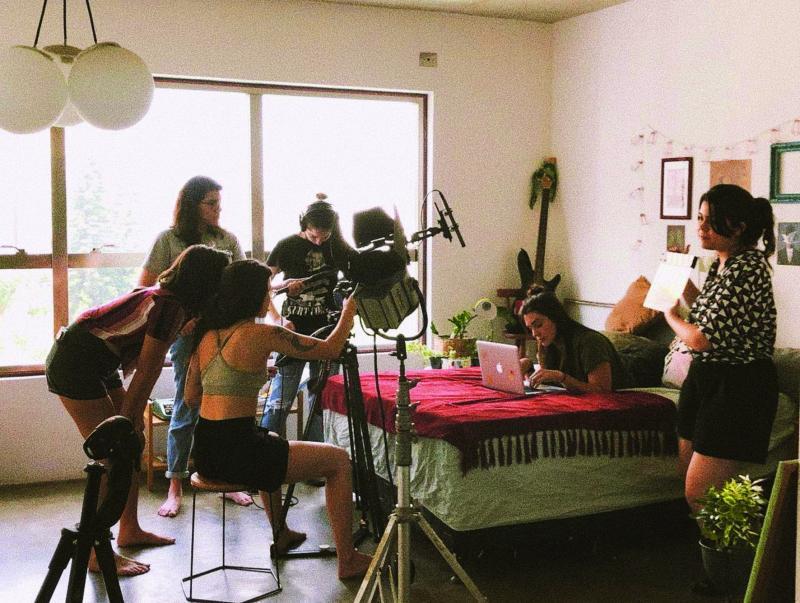 """Cedidas:Equipe de seis mulheres grava cena do curta """"Longe"""", premiado internacionalmente"""