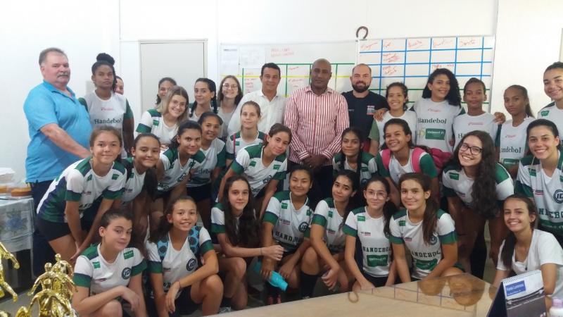 Cedida / Marcos Chicalé - Na terça, acompanhadas pelo técnico Péricles Junior, jogadoras visitaram a sede da Semepp