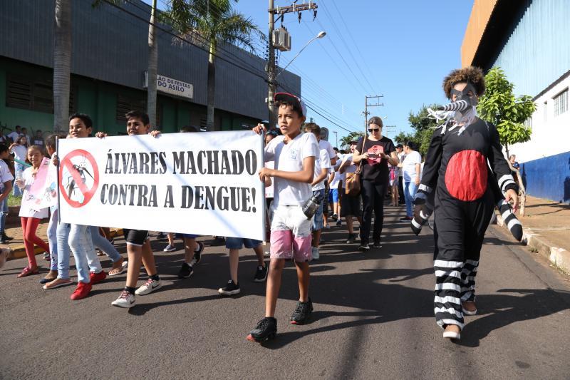 Isadora Crivelli - Estudantes caminharam pela avenida principalcomo forma de conscientizar contra a dengue