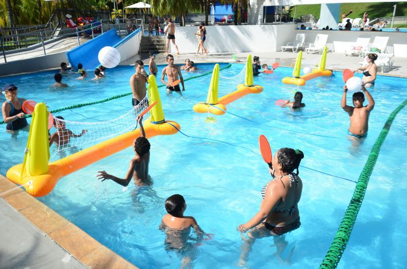 Divulgação/Estevão Salomão - Nas piscinas: Aqua Tênis, modalidade que mistura tênis e badminton e é jogada dentro d'água