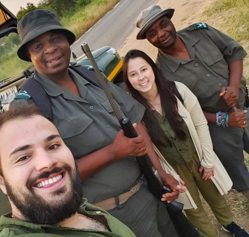 Arquivo Pessoal - Guilherme (à esq.) aguarda na África do Sul pela repatriação ao Brasil