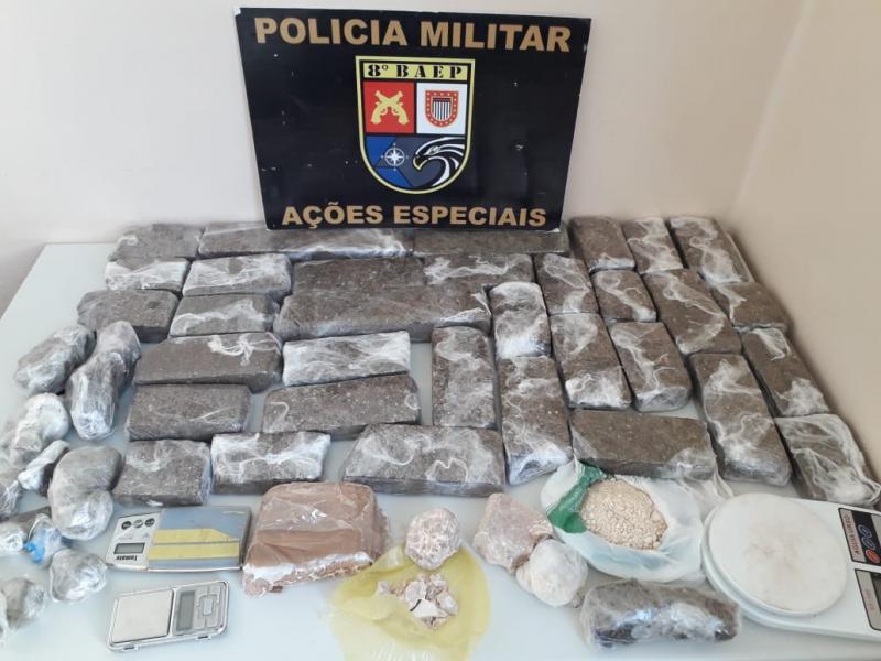 Polícia Militar - Na casa havia 33 tabletes de maconha e 11 porções de crack