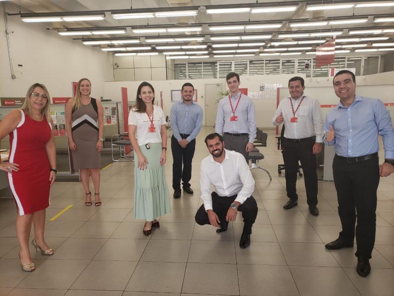 Novo gerente da agência Santander de Martinópolis, Matheus Souza Kuhn (agachado, ao centro), com a equipe, e à direita (camisa azul), o superintendente regional, Rodrigo Janoni