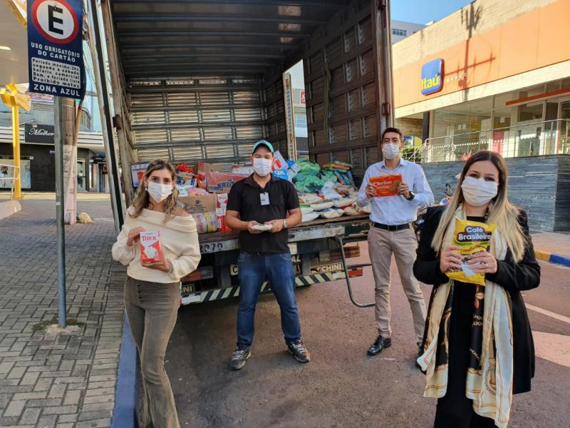 Os gerentes Thalita Bertalia Alves Fonseca, Danilo Pereira de Souza, Luciana Maria de Santana Guimarães, representaram os funcionários do Itaú Unibanco, na entrega dos mantimentos arrecadados