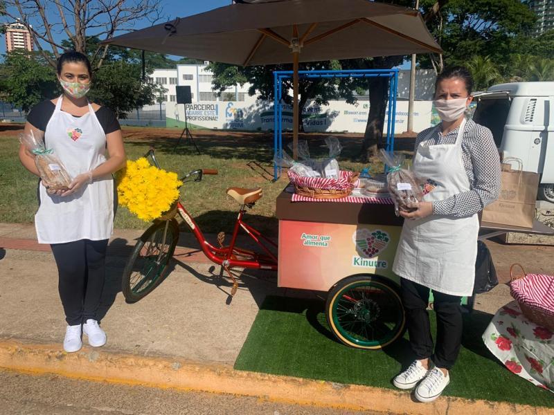 Rosangela Cândido (dir.) e a assistente e Stephanie Siqueira, com sua Bike Food Kinutre, na Feira Drive Thru