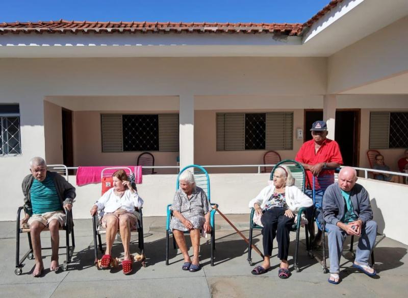Cedida:Enquanto tomam seu banho de sol, idosos esperam por sua colaboração
