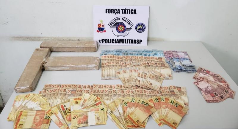 Polícia Militar  - Quantia em dinheiro estava em embalagem, arremessada durante abordagem