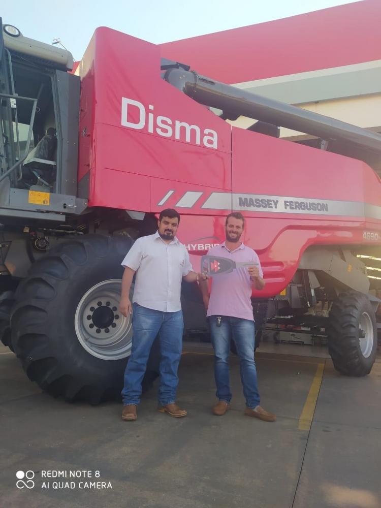 Rafael Cordeiro, da Disma Tratores, entregou essa semana uma Colheitadeira Hibrida 4690Xtra Massey Fergusson, para o agricultor Tiago Benedito, que planta milho esoja no município de Sandovalina: agricultura segue produzindo!