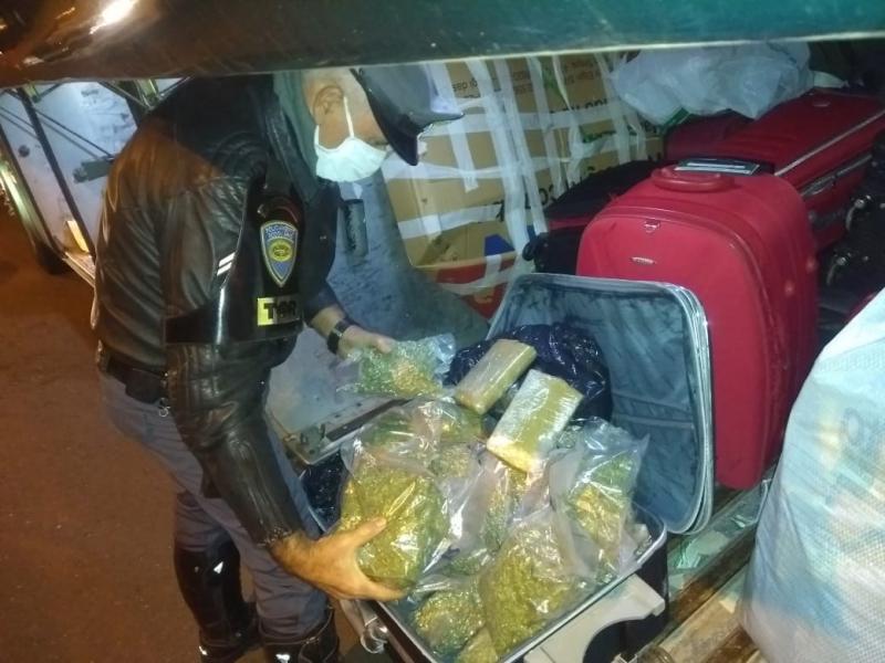 Polícia Militar Rodoviária - Drogas estavam no bagageiro externo do coletivo