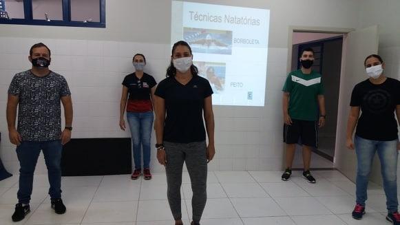 Marcos Chicalé - Micheline, à frente, e os professores participantes do curso; parte prática de ontem foi adiada