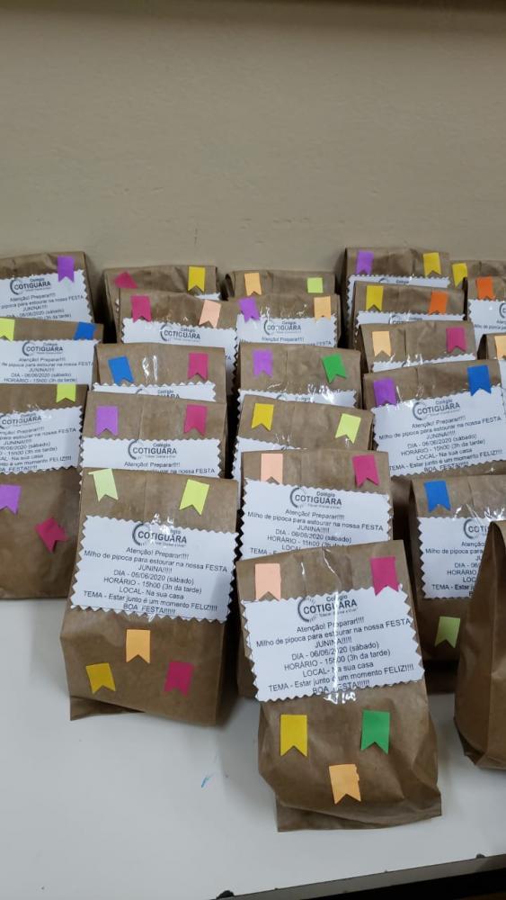 Pacotes de milho de pipoca, prontos para expedição para cada aluno participar da primeira festa junina on-line do Colégio Cotiguara: cada um em sua casa