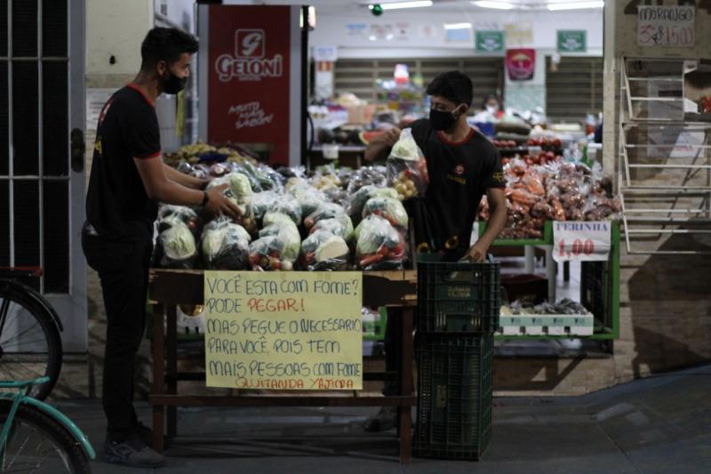 Divulgação / Rafael Marquezi - Banca cheia de alimentos fica em frente à quitanda todos os dias