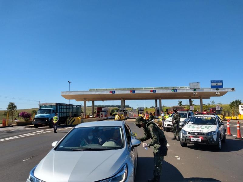 Polícia Militar Ambiental - Ação na praça de pedágio em Presidente Bernardes