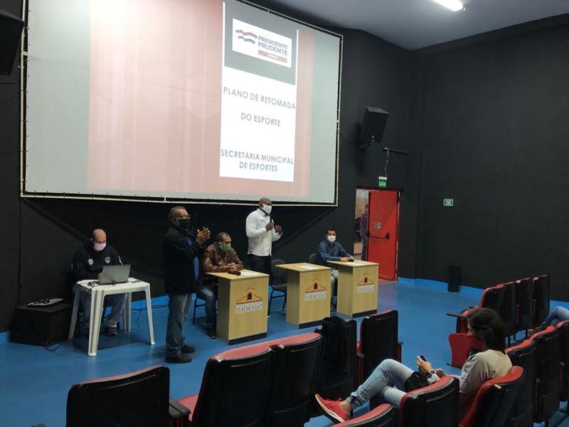 Secom - Reunião foi realizada ontem no Matarazzo, com participantes respeitando as medidas de segurança