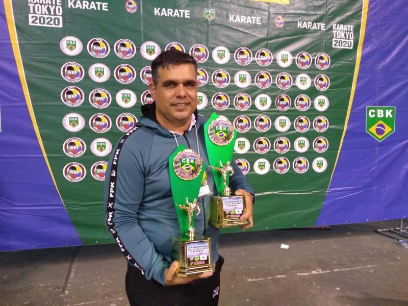 Cedida - Xandão exibe troféus de quando foi pentacampeão Brasileiro de Caratê Geral, no ano passado