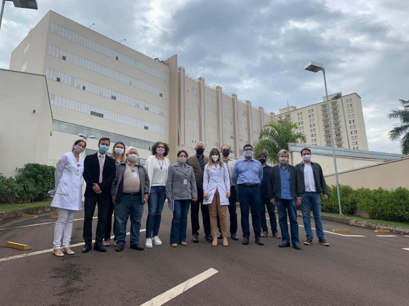 Convidados da diretoria do HRCPP, na apresentação do projeto e área que abrigará o Centro de Estudos e Pesquisas em Oncologia
