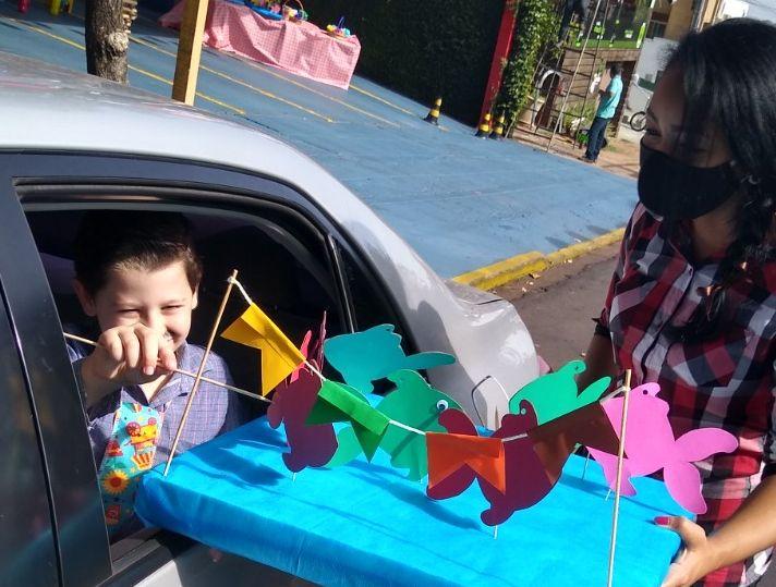 Cedida/Colégio Passo a Passo - Pequenos puderam rever os professores e participar de brincadeiras dentro do carro