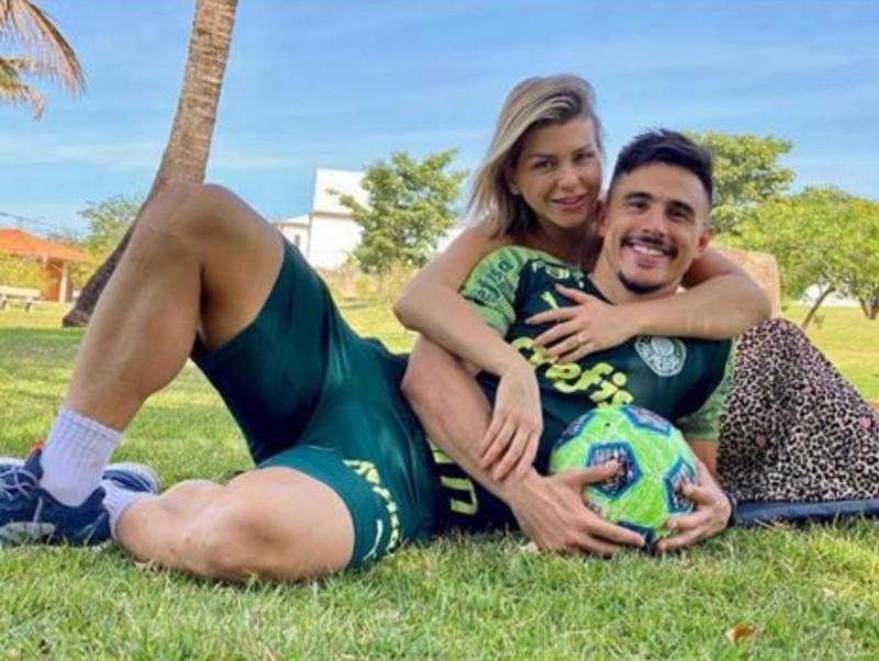 """Willian, o """"Bigode"""", atacante do Palmeiras, está hospedado na casa de um amigo em Presidente Prudente, e fez essa foto na área de lazer Residencial Damha 1, para homenagear a esposa, com uma mensagem do Dia dos Namorados, no seu Instagram."""