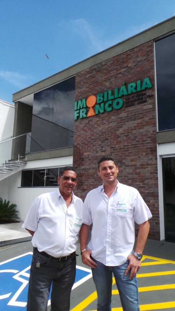 Jackson Franco e o filho Leandro, à frente da imobiliária pioneira da cidade