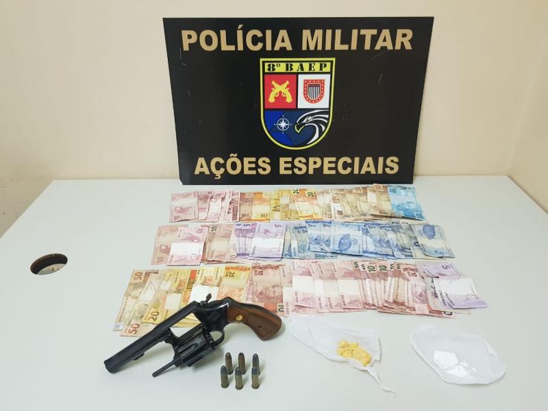 Foto: Polícia Militar - Além das drogas e da arma, a quantia de R$ 1303 foi apreendida