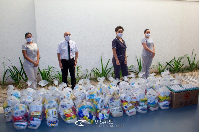 Colaboradores do Hospital de Olhos com as cestas básicas arrecadas na nova edição da campanha