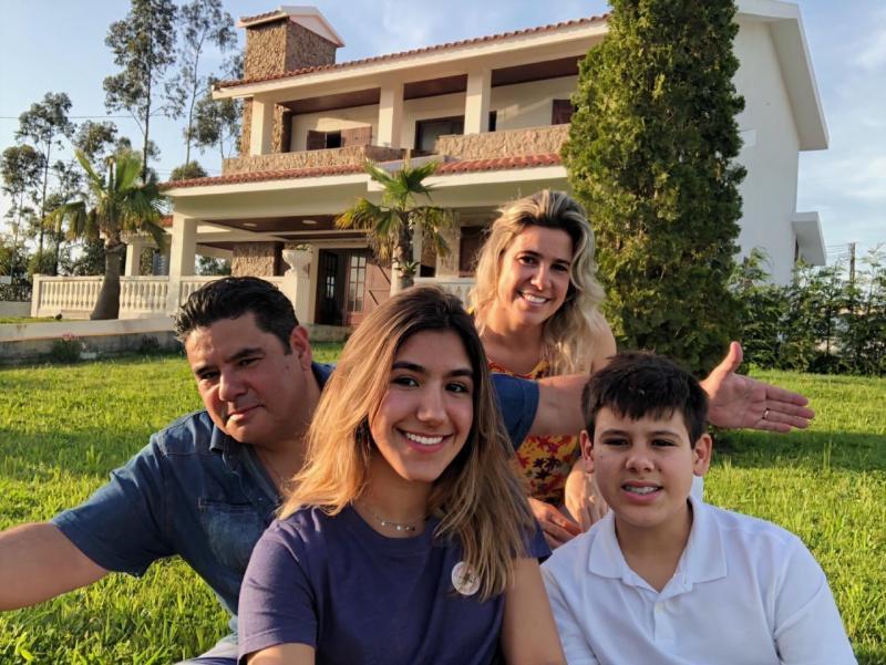 Matheus, com a esposa Fabiane e os filhos Matheus e Lara, em sua nova casa, na Cidade do Porto