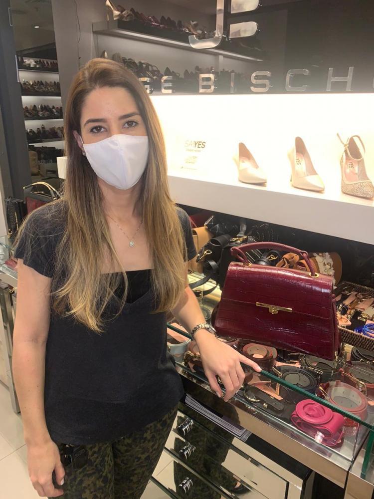 """Elaine Delfino, proprietária da loja Jorge Bischoff, no Prudenshopping: promoção """"Liquida On-line"""" para receber a compra em casa ou no carro"""