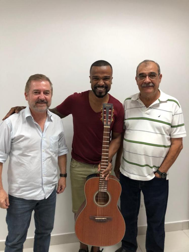 O cantor Alexandre Pires, entre Alexandre Seabra e Renato Severino da Silva, da Sonotec/Renaer