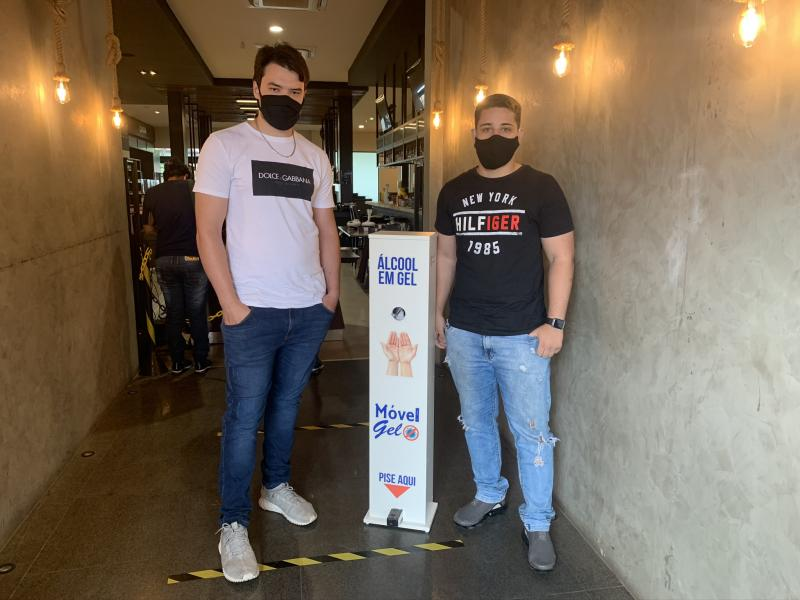 """Felipe Rotta e Bruno Rascovitti mostram o """"Móvel Gel"""", instalado na Beef Company: praticidade para higienizar as mãos"""