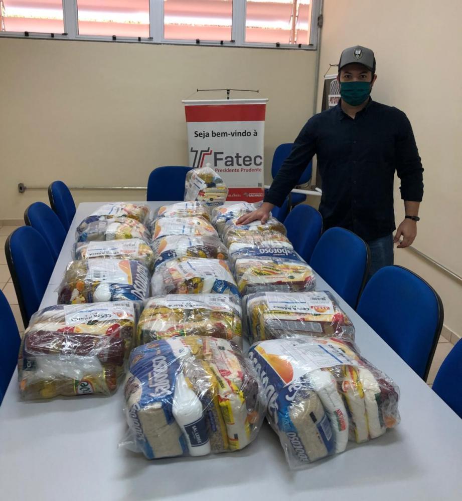 Murilo Cassis, da Cervejaria 018, entregando a doação de 200 kg em cestas básicas para a live solidária de Cesinha & Matheus