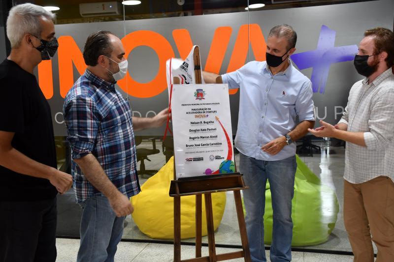 Prefeito Nelson Bugalho descerra a fita inaugural da nova aceleradora de startups na Inova Prudente: estímulo à inovação e empreendedorismo