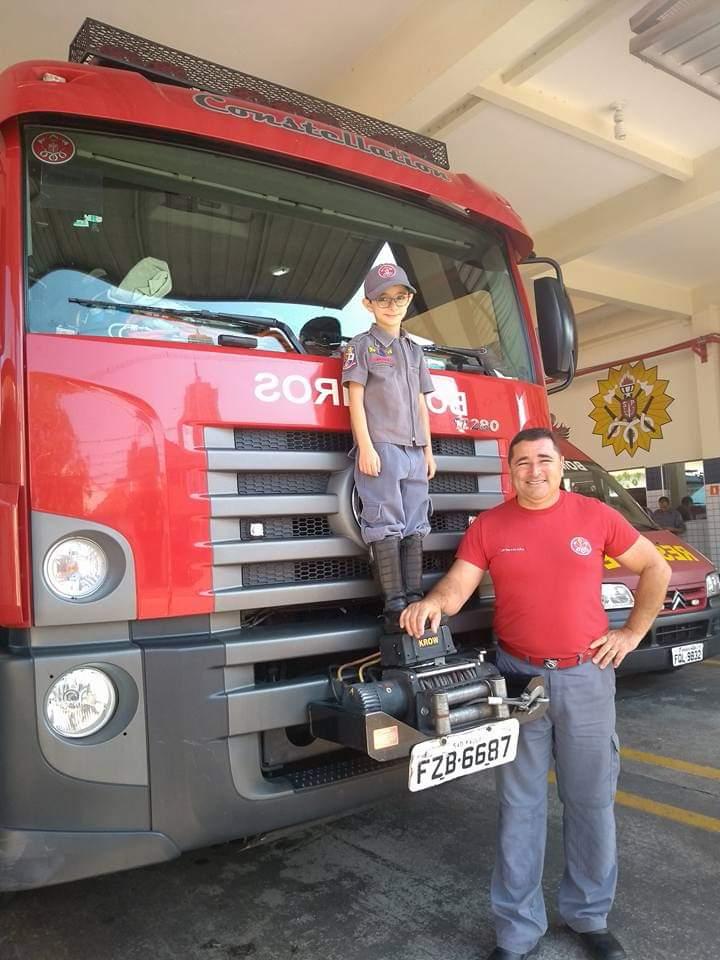 Sargento Falcão, com o filho caçula: finalmente aposentado, após 27 anos de dedicação à missão de salvar vidas