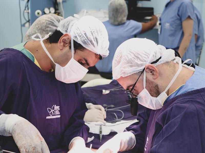 Geraldo Siqueira e Rafael Mello durante a primeira cirurgia de retirada de tumor no fígado da instituição, em maio deste ano