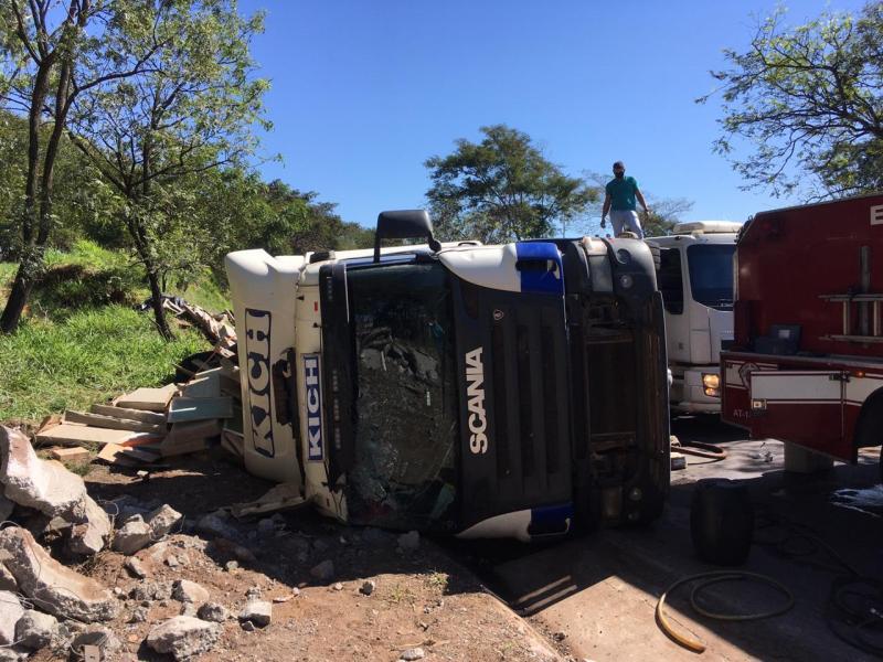 Roberto Kawasaki - Veículo ficou imobilizado em uma das pistas
