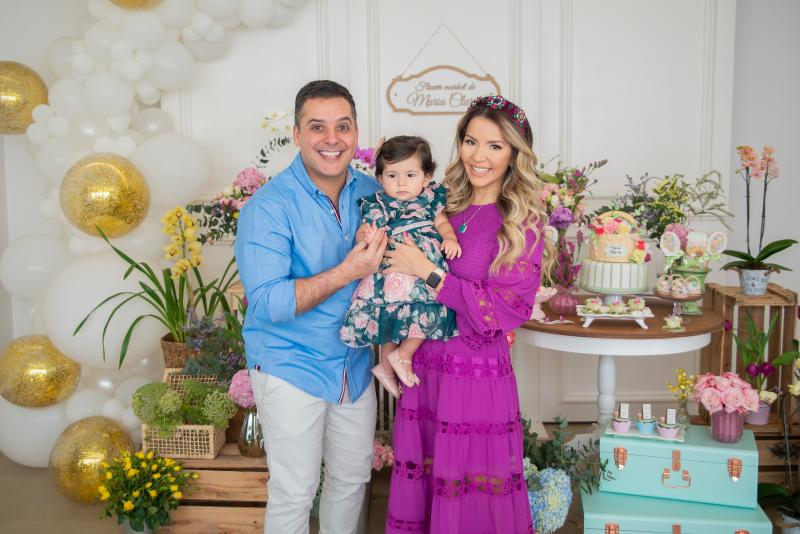 André Murad e Karen Matsuno Murad, com a filhinha Maria Clara, em foto da titia Camille Matsuno
