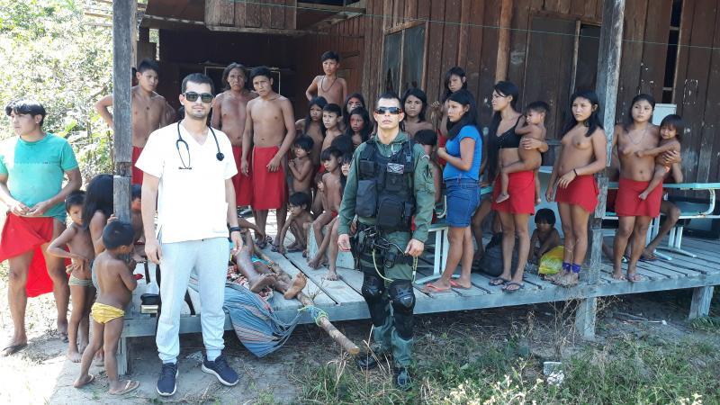 Cedida - Médico prudentino prepara-se para atender grupo de crianças indígenas, numa das 25 aldeias que percorre durante 20 dias