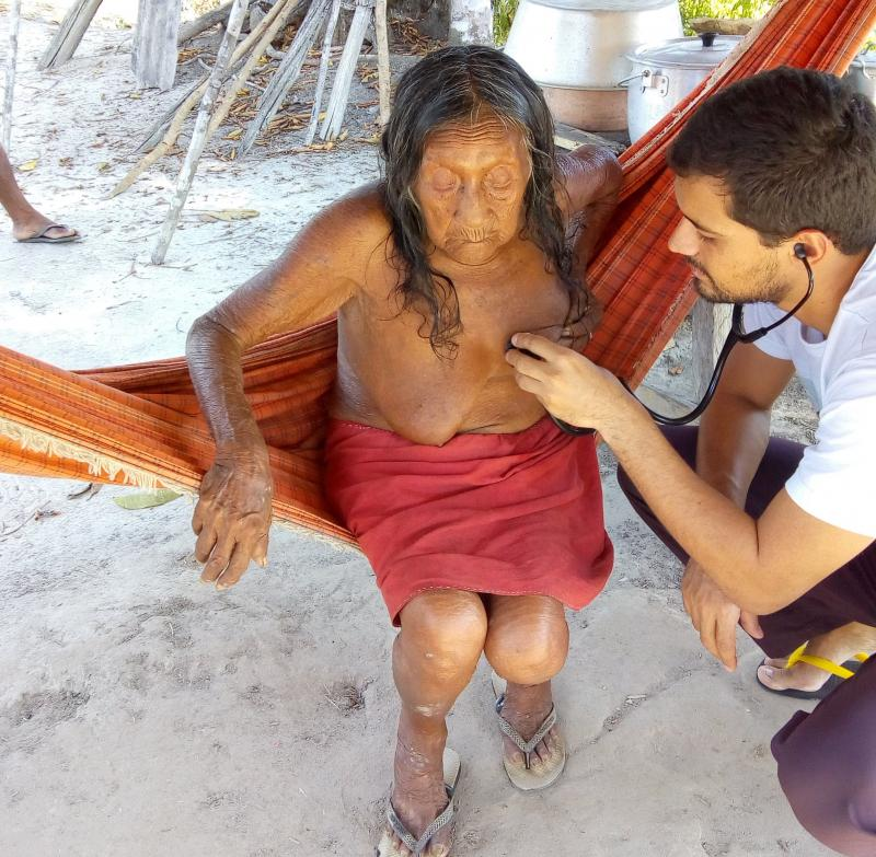 Cedida - Boninho e anciã Pipina Waiana Apalai, de 87 anos, uma de suas pacientes; ela também teve Covid, com sintomas leves, e já está recuperada