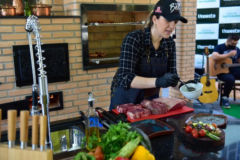 """Ector Gervazoni - Julia Carvalho, a """"chef churrasqueira"""" mais famosa do país, na inauguração do Laboratório de Calor e Fumaça realizada sábado"""