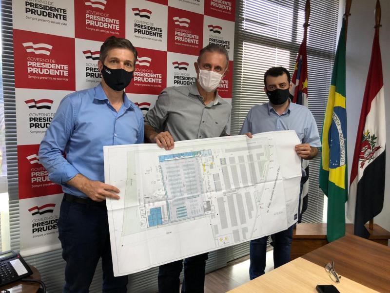 Na reunião, o diretor do grupo Muffato, Éderson Muffato, o prefeito Bugalho e o gerente do Max Atacadista, Edipo Fagundes