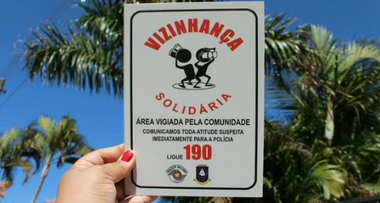 Polícia Militar - Placa com o nome do programa é instalada para mostrar alerta
