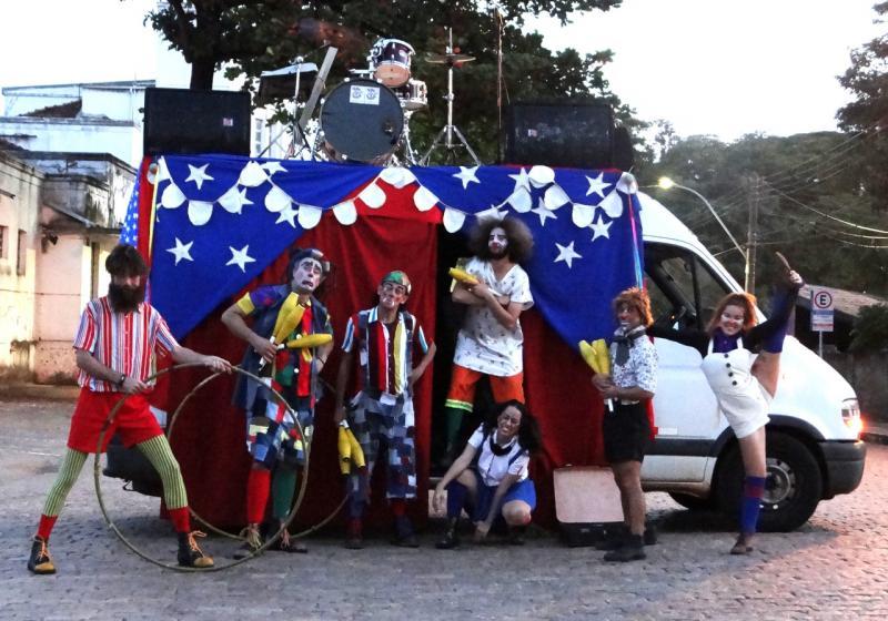 Divulgação - Palhaços passarão em frente às casas levando números de malabarismo, acrobacias e perna de pau