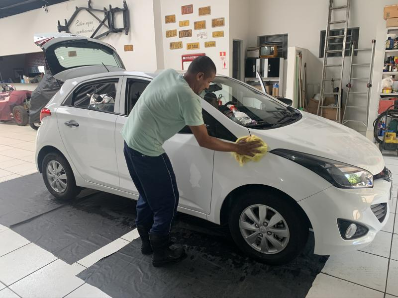 A Car Mag conta com trabalho de profissionais especializados e equipamentos para corrigir imperfeições mínimas na pintura dos carros