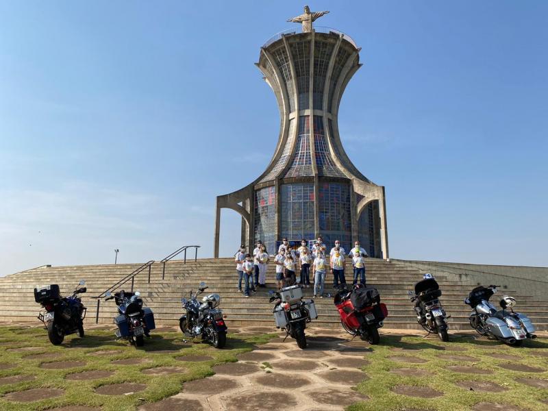 Integrantes do Grupo de Motociclismo Carpe Dien, de Presidente Prudente, comemorando os 16 anos de atividades