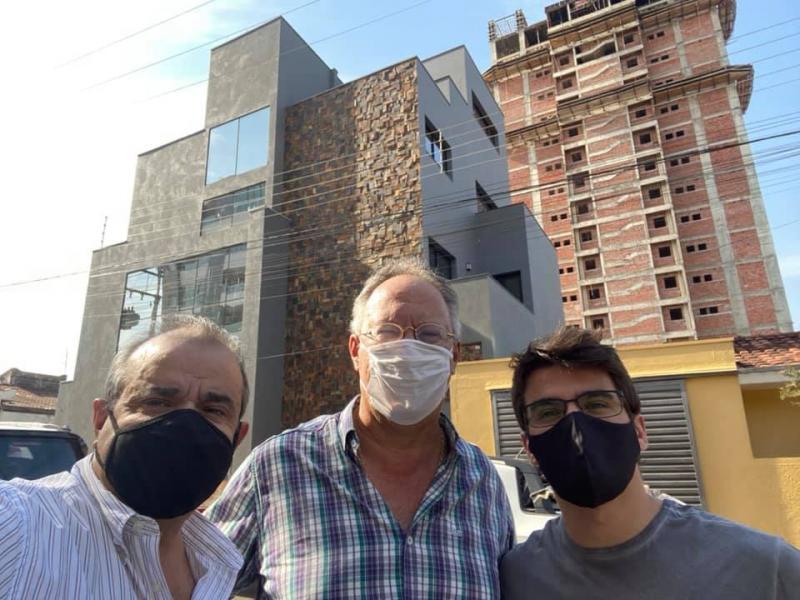 Advogados Mauro César Martins de Souza e João Vitor com o engenheiro Flávio Denari, ao centro