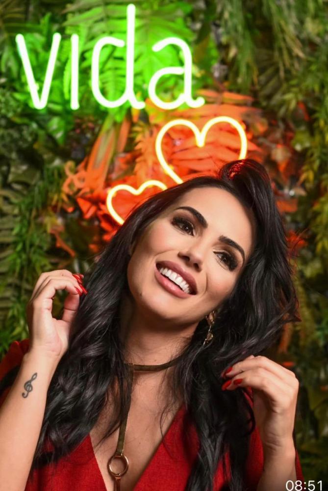 Um coquetel restrito para a produção e um seleto grupo de amigos, em Valinhos, marcou o lançamento da nova música da cantora prudentina Gisele Neves,