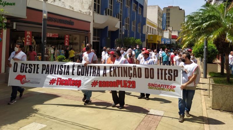 Cedida -Servidores se reuniram na área central de Prudente, com faixas e cartazes