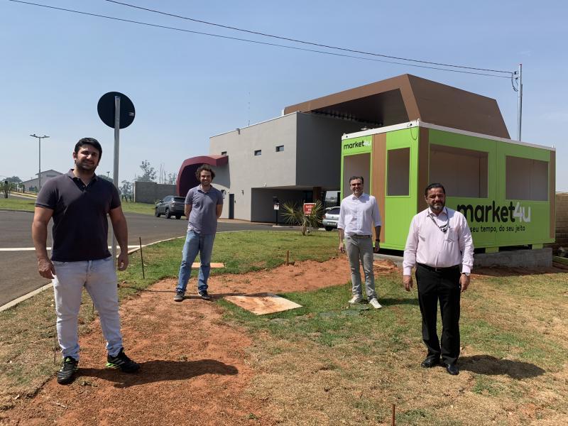 Cedida - Rodrigo Strabelli, Gustavo Martinez e Fábio Saab, licenciados da Market4u, e Leandro Pires (dir.), presidente do condomínio Gramado, diante da loja que está sendo montada no residencial